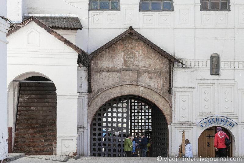 Святые ворота с церковью Введения во храм Пресвятой Богородицы. Ярославль. Золотое Кольцо.