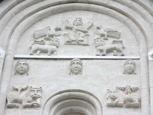 Резьба фасада церкви Покрова на Нерли