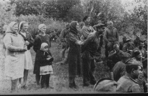 Крестьяне смотрят концерт самодеятельности 102-й гаубичной артиллерийской бригады