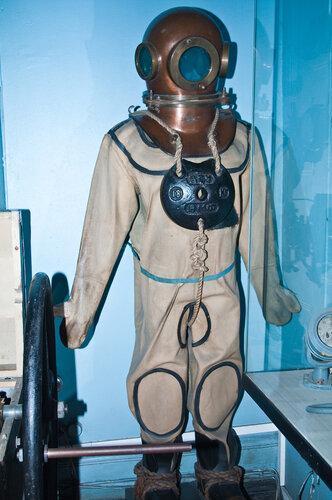 Старый костюм водолаза
