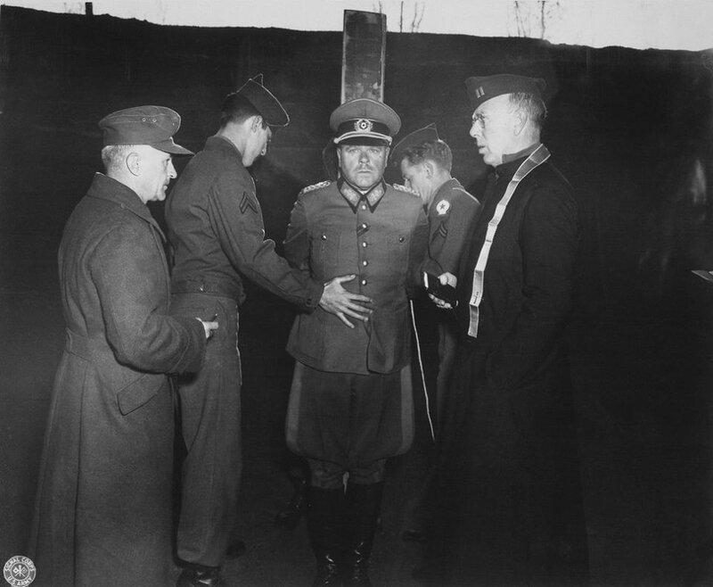 Немецкий генерал Антон Достлер перед расстрелом. 1 декабря 1945.