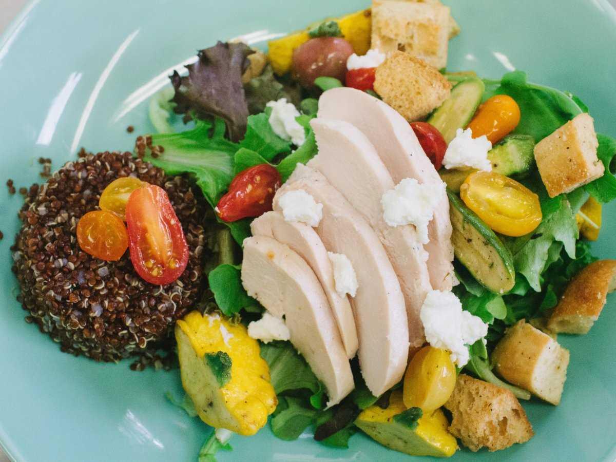 13. Меню включает салат с сыром «Буррато» с органической зеленью, косточковыми фруктами и сухариками