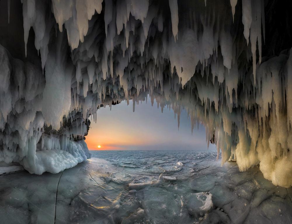 Ледяной грот наозере Байкал.