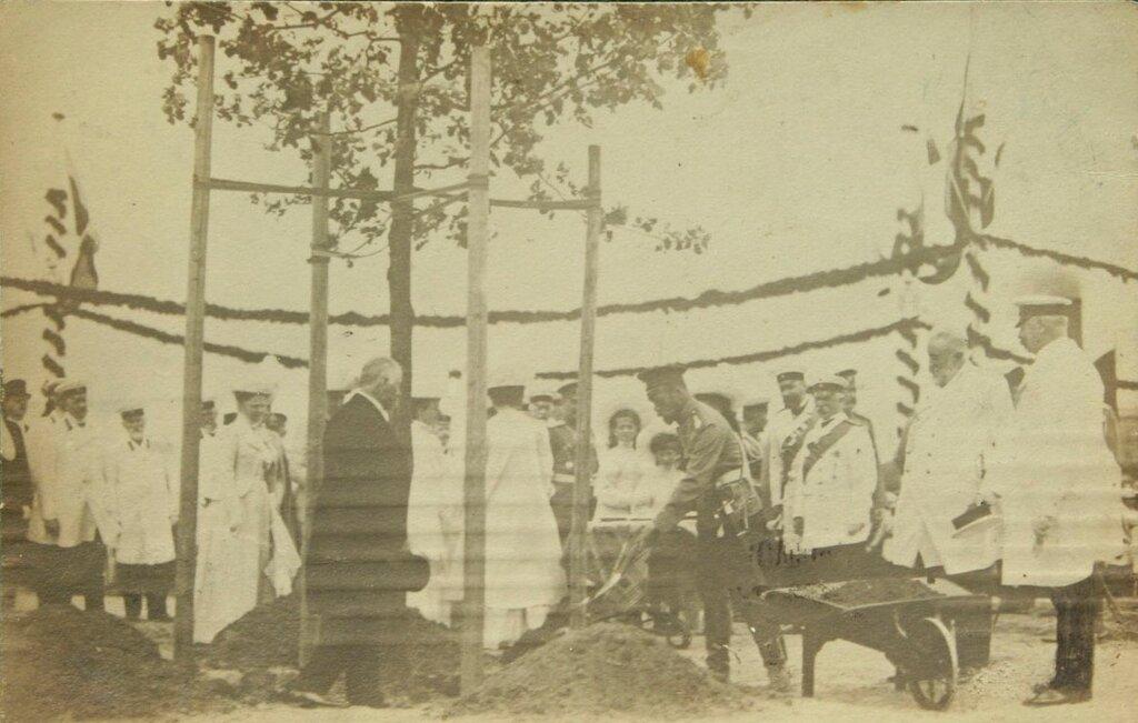 Его Императорское Величество Государь Николай II сажает дерево
