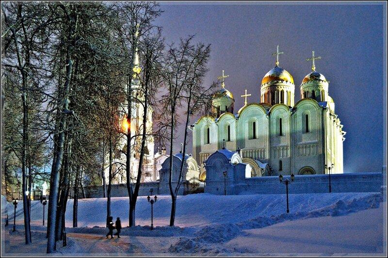 Свято-Успенский собор при вечерней подсветке.