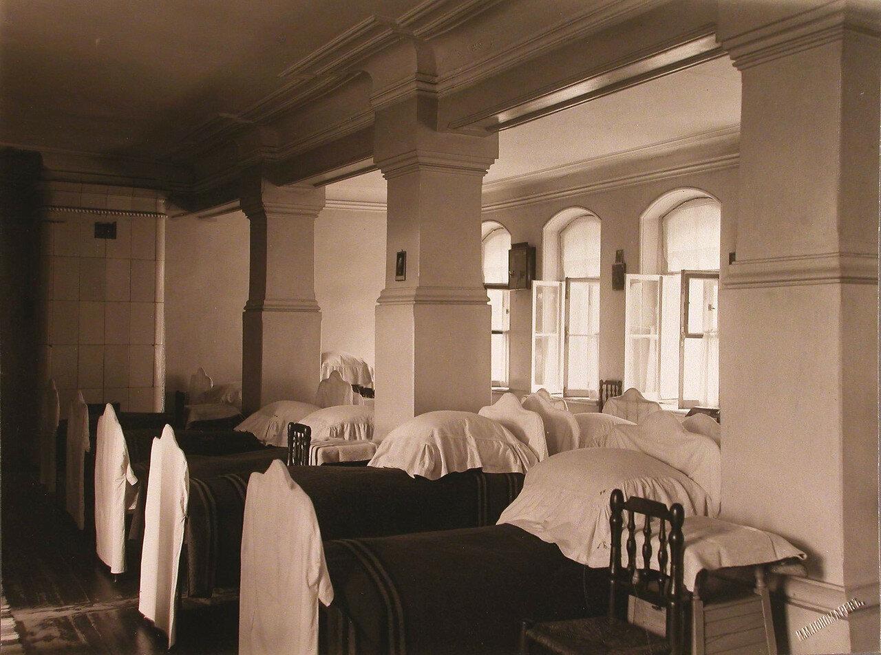 45. Вид части помещения общей спальни в здании богадельни