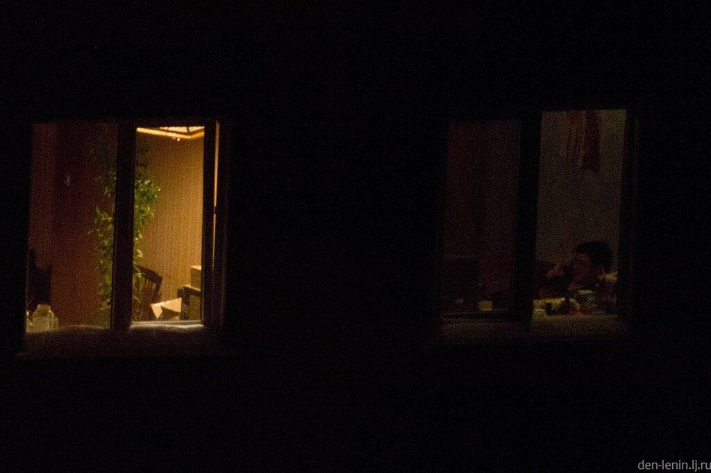 подсматривать в чужие окна секс две девочки усердно