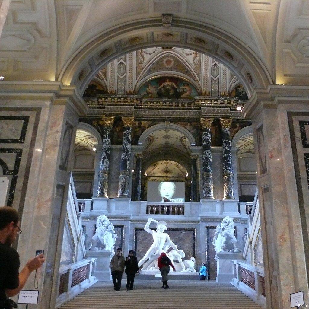 Интерьеры Музея.Лестница, ведущая на второй этаж, где расположена картинная галерея