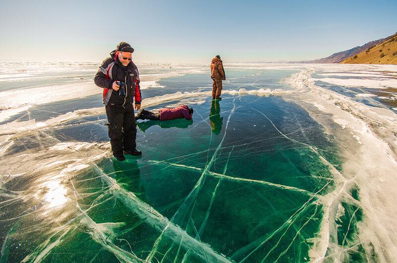 По прозрачному льду