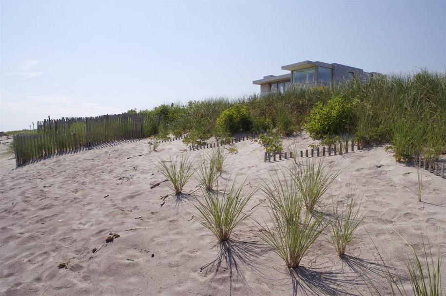 Двухэтажный особняк на берегу океана