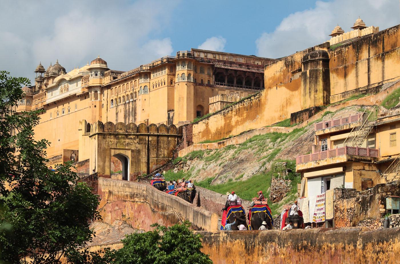 Фото 10. У древних крепостных стен в Джайпуре. Золотой треугольник Индии