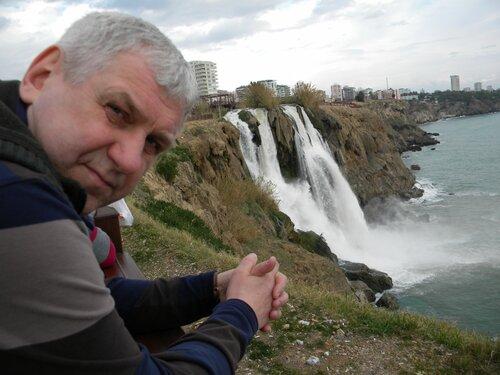Валерий Костин у водопада