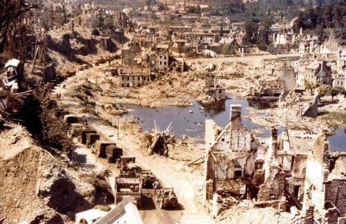 Колонна союзной техники проезжает через разрушенный итальянский городок