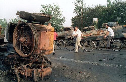 После боев на площади. Сгоревшие БТР YW 531-H