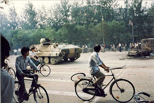 БТР YW 531-H разгоняет протестующих