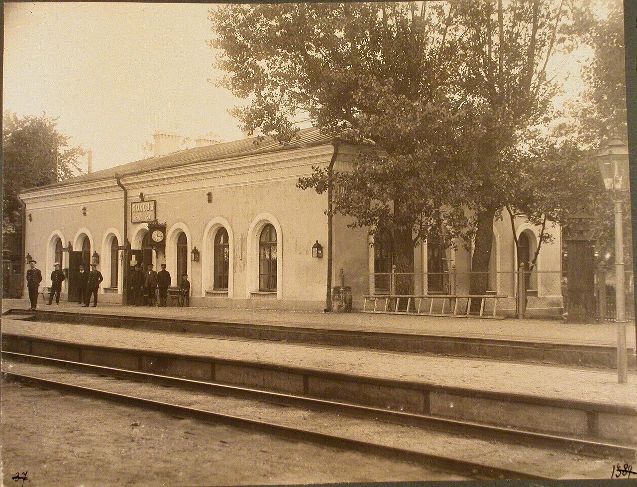 Варшавская губерния. Станция Лохов. Между 967 и 1046 верстами. Группа служащих у пассажирского здания на станции