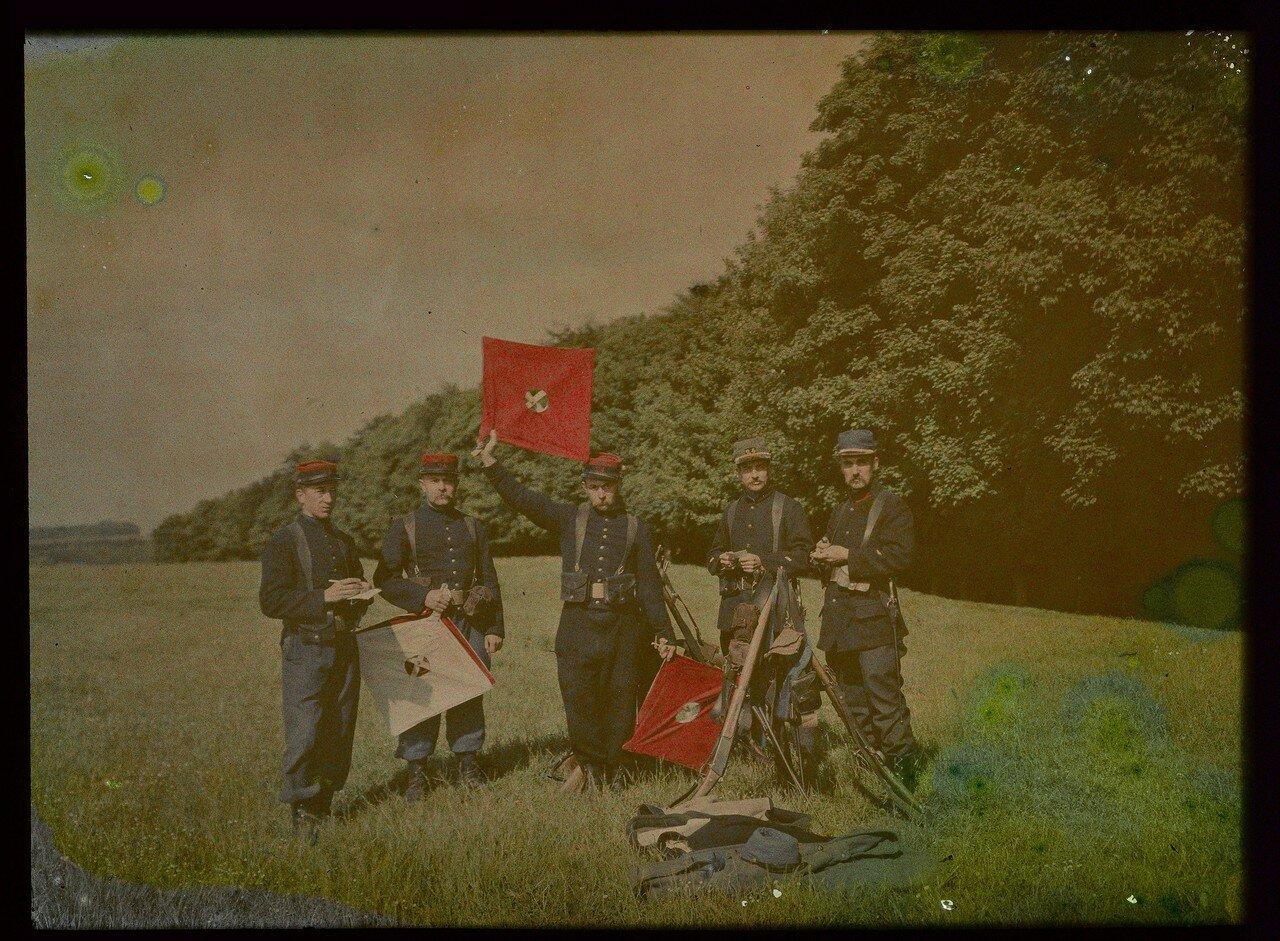 1907. Французские пехотинцы с сигнальными флагами