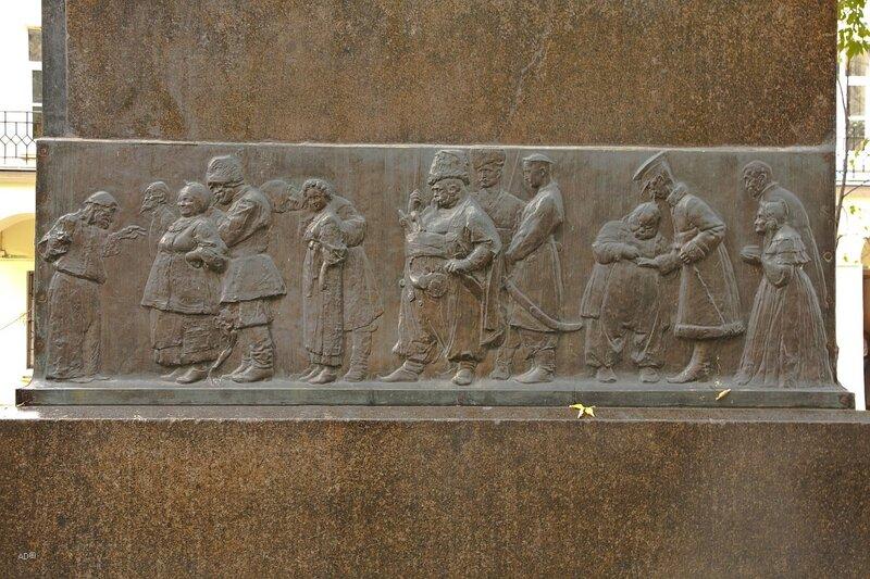 Левый барельеф на пьедестале памятника Н. В. Гоголю на Никитском бульваре. Персонажи произведений сборника «Миргород»