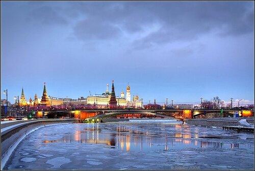 Зимний Московский Кремль в сумерках