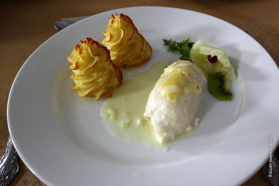 Куриное филе «Нежность» (куриное филе фаршированное персиком консервированным), соус сливочный, картофельные розочки