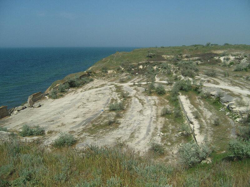 заброшенный каменный карьер на берегу Азовского моря восточнее Каменского