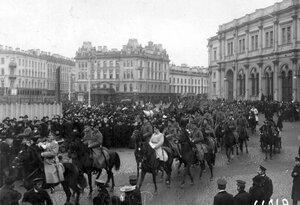 Прибытие соединения конной полиции на площадь перед Николаевским вокзалом для разгона демонстрации в связи с проводами гроба с телом князя С.Н.Трубецкого.