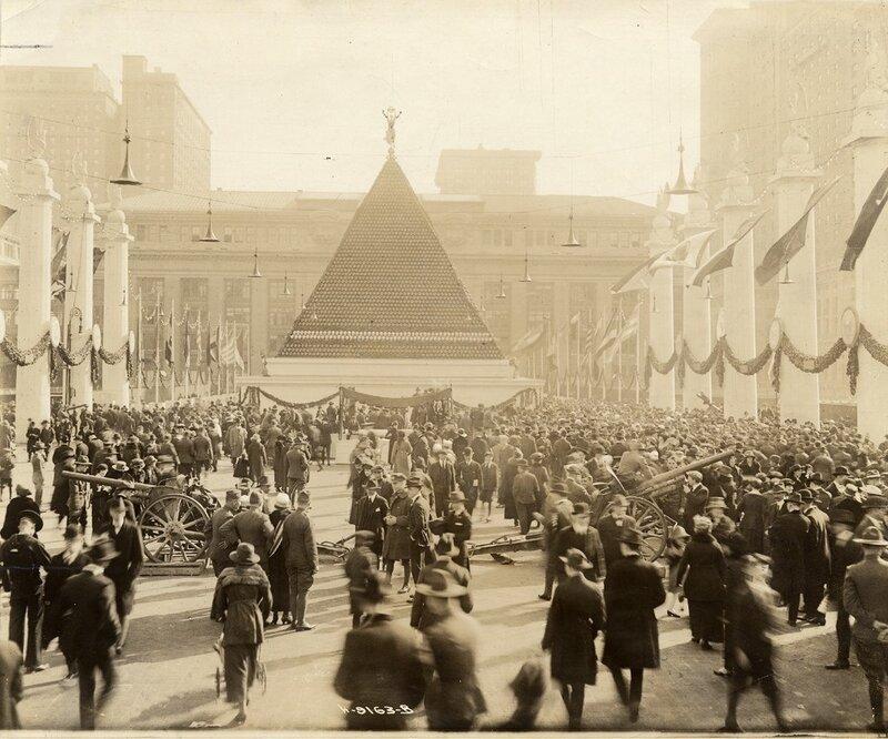 Пирамида из 12 тысяч немецких касок на аллее Победы