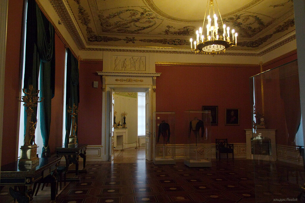 Музейные экспонаты и интерьеры расположены в зимнем дворце, малом эрмитаже, старом эрмитаже, новом эрмитаже, эрмитажном театре и запасном доме.