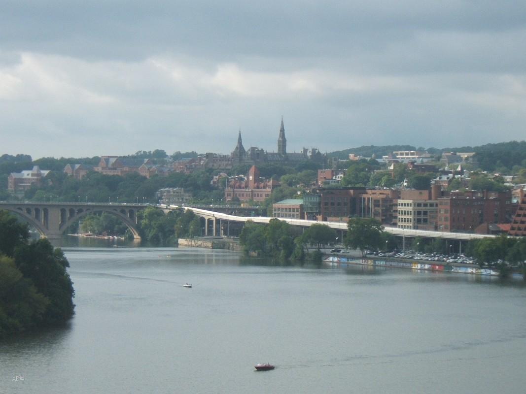 Река Потомак, слева виден кусок Острова Теодора Рузвельта, далее мост Фрэнсис Скотт Ки, на заднем плане возвышается Хили-холл в Джорджтаунском университете, справа простирается Джорджтаун