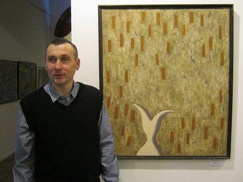 художник Губин Олег рядом со своей работой