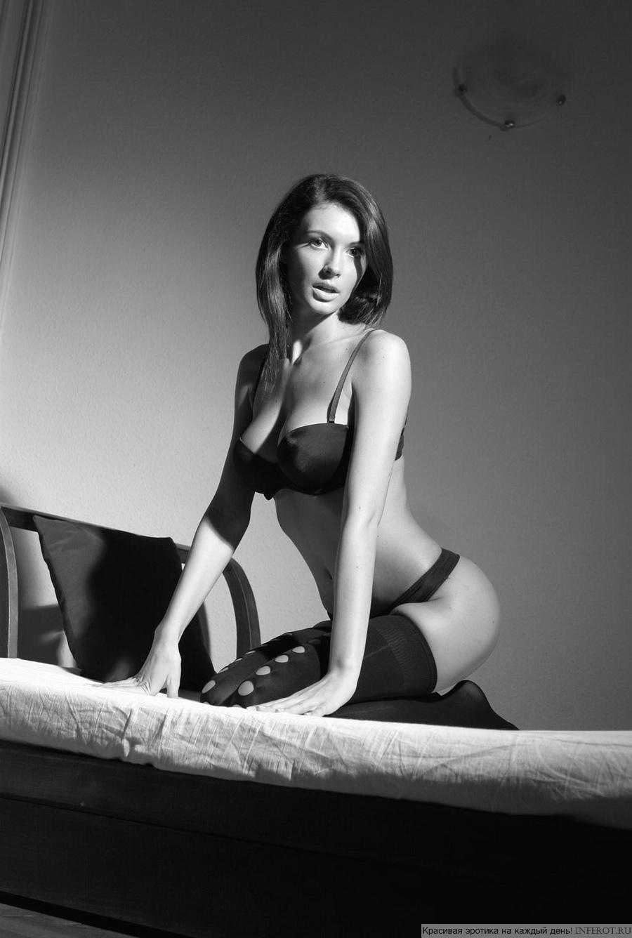 Черно-белая эротика полногрудой девушки (20 фото)