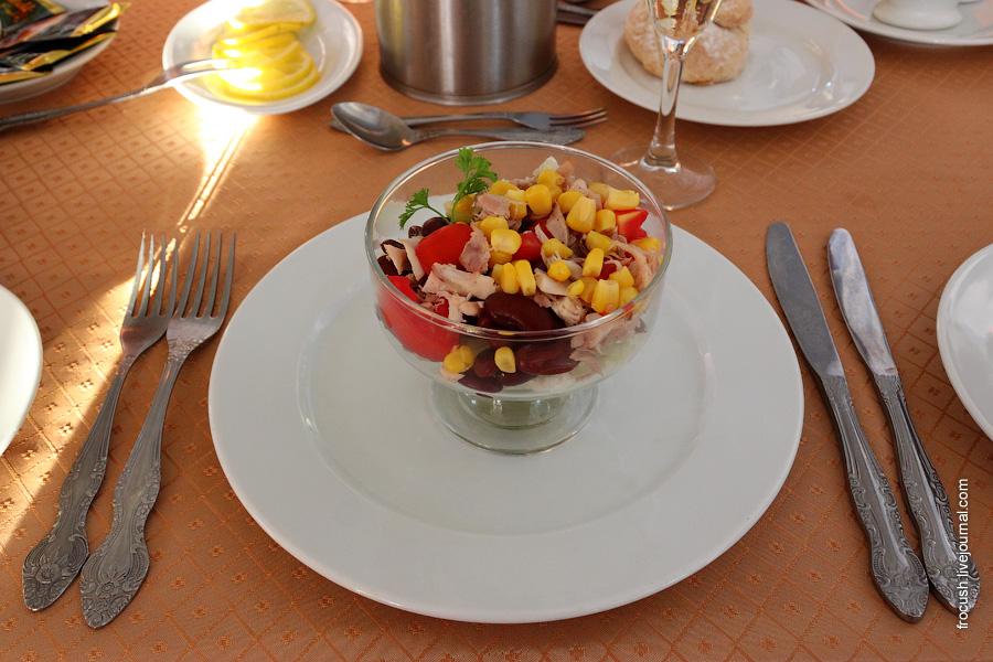 Салат «Бостонский» (курица, фасоль, кукуруза, помидоры, салат китайский, йогурт с майонезом)