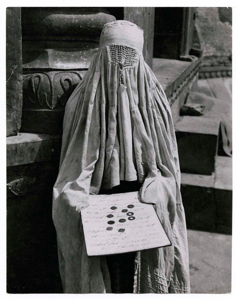 Margaret Bourke-White,нищая с табличкой,где написано на урду,что она вдова с двуми детьми, Дели  1946
