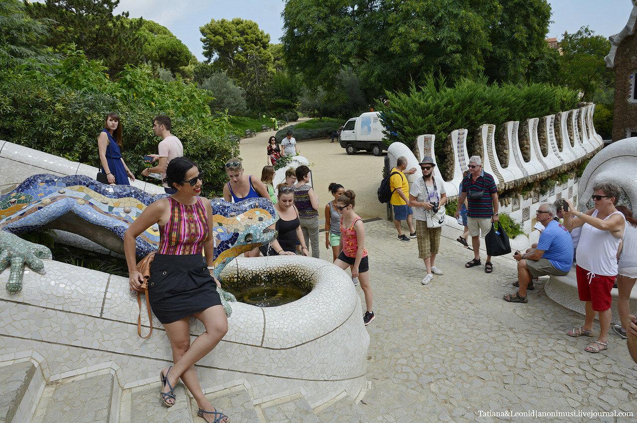 Люди в парке Гуэль. Барселона