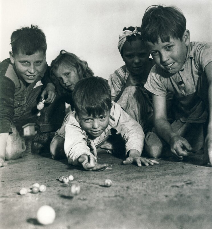 Sam Shaw: Сhildren playing with marbles, Missouri, 1940s