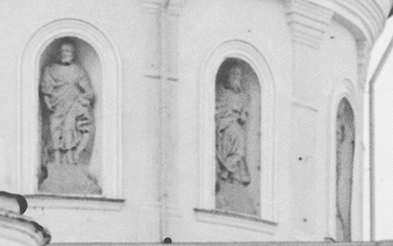 Фигуры апостолов у купола храма (с чёрно-белого исходника)