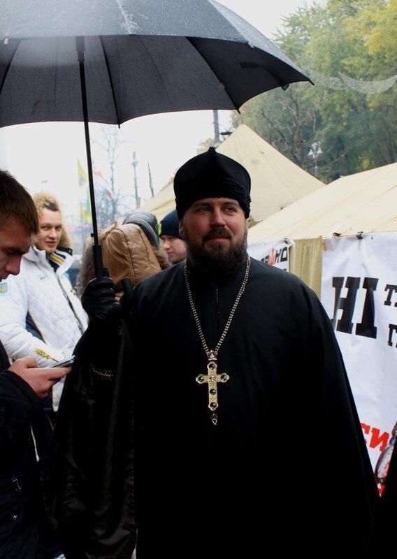Священник на акции протеста