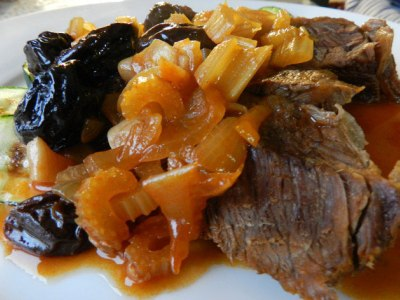 Мясо в горшочке в духовке с картошкой под сыром в духовке и помидорами