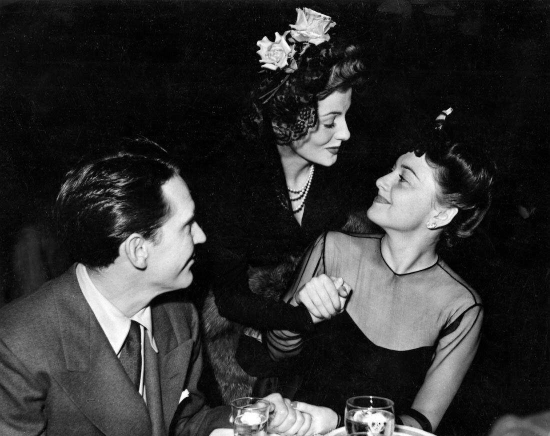 1942. Джоан Фонтейн со своей сестрой Оливией де Хэвилленд и Бёрджессом Мередитом