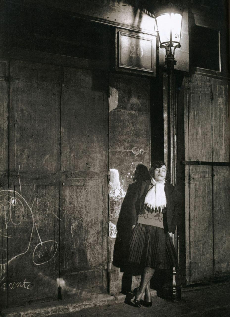 1932. Проститутка вечером на Рю де Лаппе