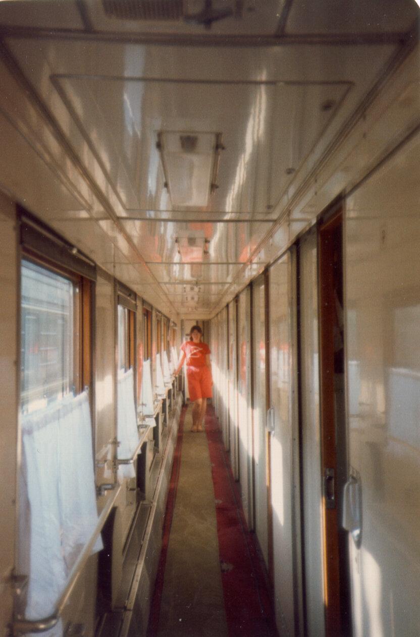 05. Бекки Бэйкер в коридоре вагона поезда