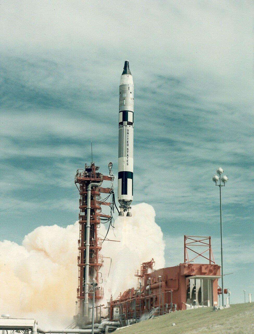 1966, 12 сентября. Старт Джемини-11. Основной целью полёта являлось сближение и стыковка с мишенью Аджена-XI, а также отработка систем автоматической посадки. Второстепенные задачи включали 11 различных экспериментов и 1 выход в открытый космос
