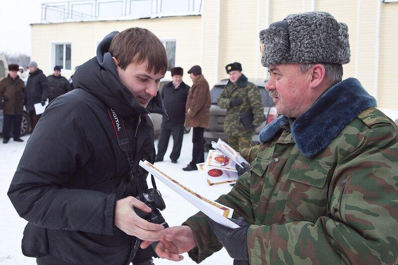 Военком вручает грамоту