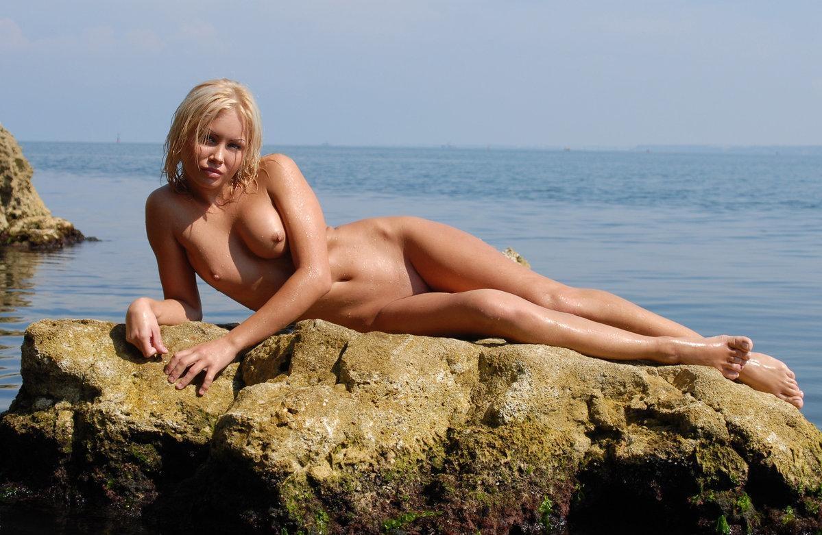 Смазливая блондинка на море (17 фото)