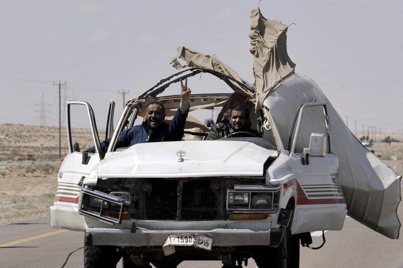 Libyan rebels return from battle some 30