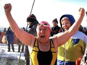 Идут заплывы в зимней воде на открытый Кубок Тихого океана во Владивостоке