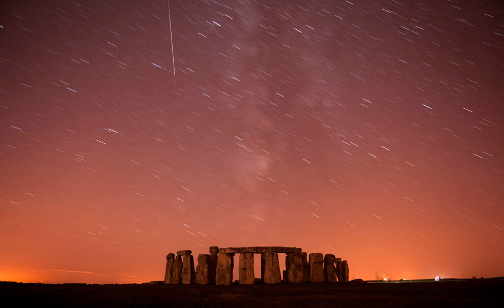 Метеор проносится мимо звезд в ночном небе