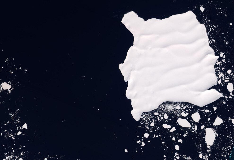 Ледник Мерц плывет у берегов Восточной Антарктики