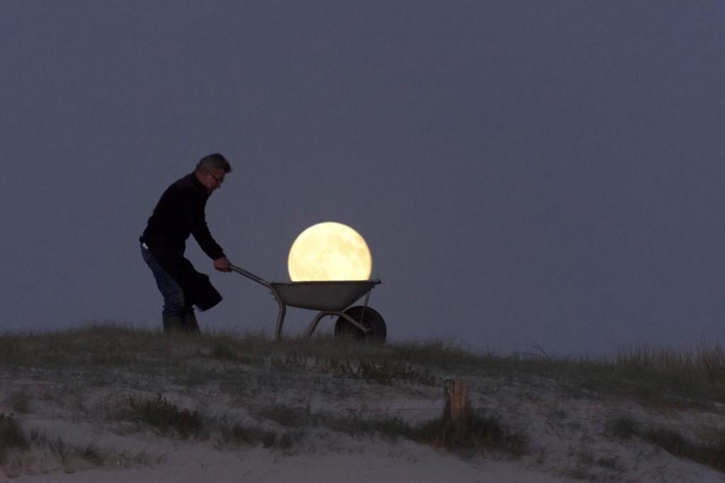 Французский фотограф Лоран Лаведер играет с Луной 0 145d68 f2bad8ee orig