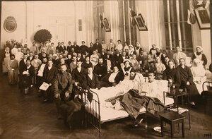 Раненые и сёстры в большой палате лазарета.